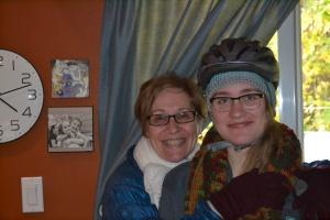 Les couches d'Emma : bonnet crocheté sous casque de vélo.
