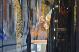 Imprimer cette photo d'une vitrine de Holt Renfrew en format géant.
