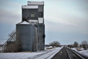 Un élévateur à grains et sa voie ferrée.