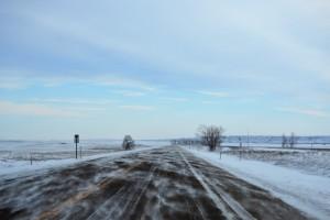 Les routes désertiques recouvertes d'une fine poudrerie au Dakota du Nord.
