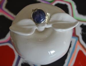 Bague achetée aux Îles-de-la-Madeleine. Pas confortable parce que l'anneau est trop large.