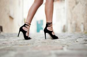 sandales-a-lacets-en-daim-et-talons-aiguilles